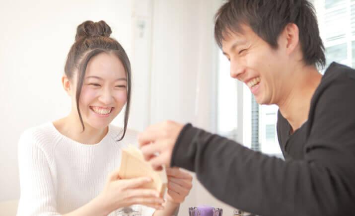 幸せなカップルの写真